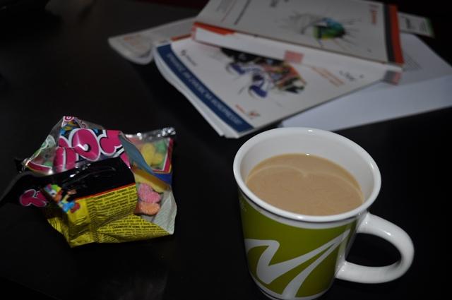 Stolik webmastera - kawa, cukierki i książki